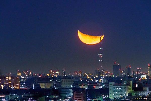 第六回 八王子の丘から撮る、巨大な月が浮かぶスカイツリーの夜景