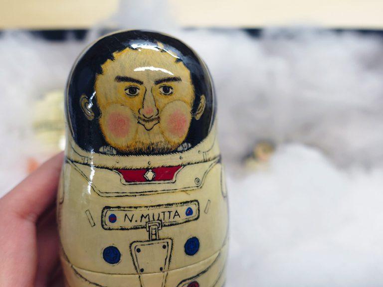 版画の技法がアクセントに。宇宙兄弟マトリョーシカのレトロなかわいさを探る!【cupiporoさんインタビュー後編】