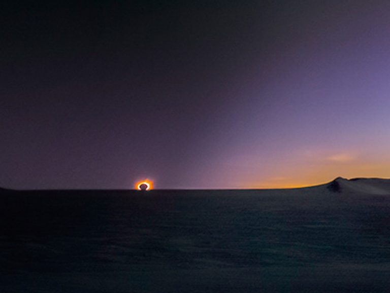 【KAGAYAフォトエッセイ『一瞬の宇宙』】第一章 宇宙の中の小さな自分に出会う 〜南極皆既日食(3/3)ミッドナイト・エクリプス〜