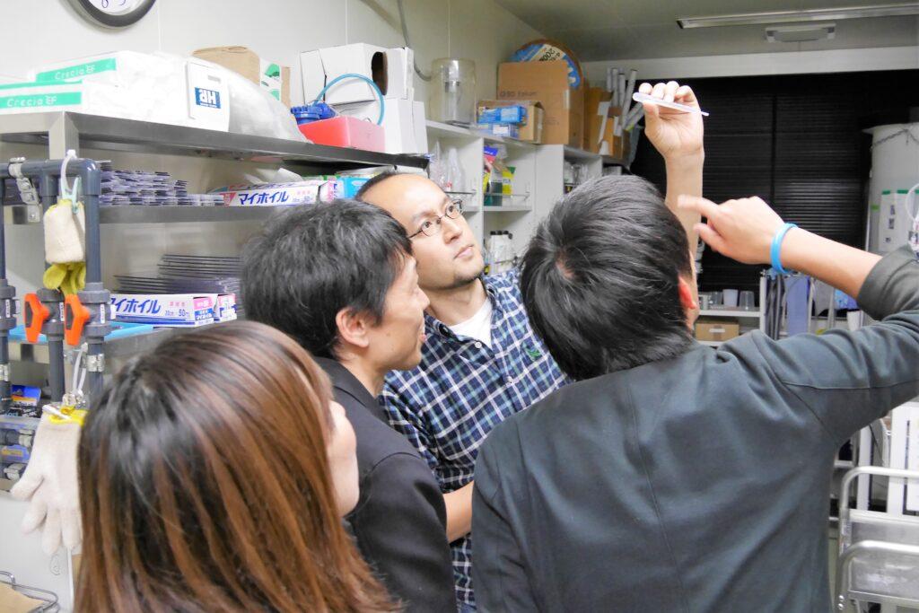 せりか基金の支援により行われている研究を取材する様子(浅川和秀先生)